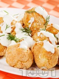 Вкусни хрупкави печени картофени кюфтенца с магданоз на фурна, панирани в галета и яйца, поднесени с млечен чеснов сос (без лук, без пържене) - снимка на рецептата